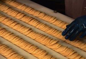 Гипнотизирующее видео о том, как делают чипсы Pringles