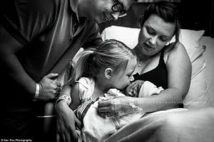 Женщина была шокирована, впервые за 50 лет родив мальчика