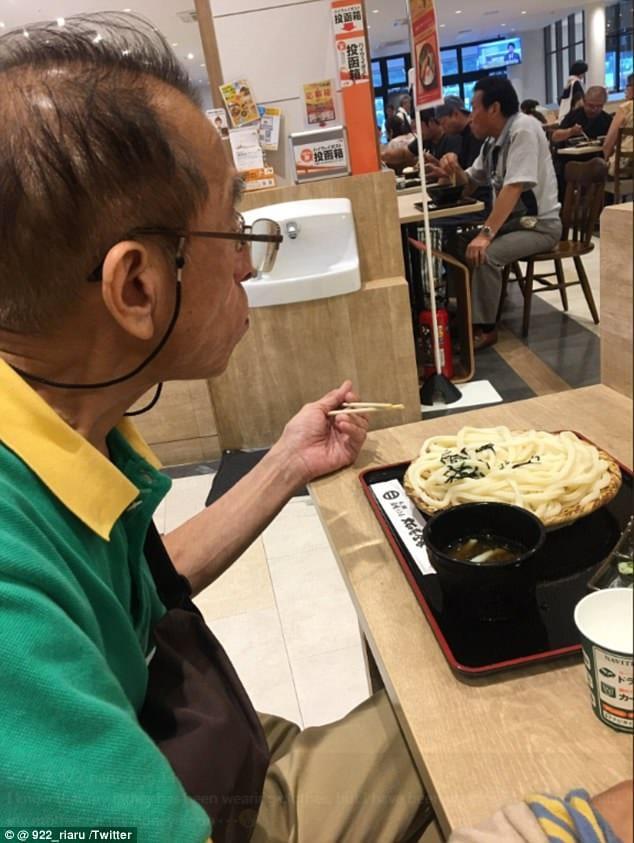 60-летний японец носит одну и ту же футболку уже 20 лет. Причина трогает до слез.