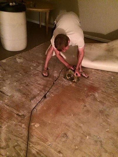 Чтобы спасти необычных малышей, семье пришлось проделать дыру в полу дома