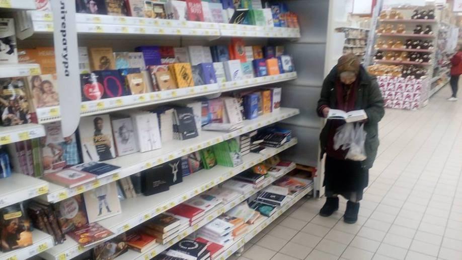 Бабушка много лет ходит в магазин почитать книги, на которые у нее нет денег