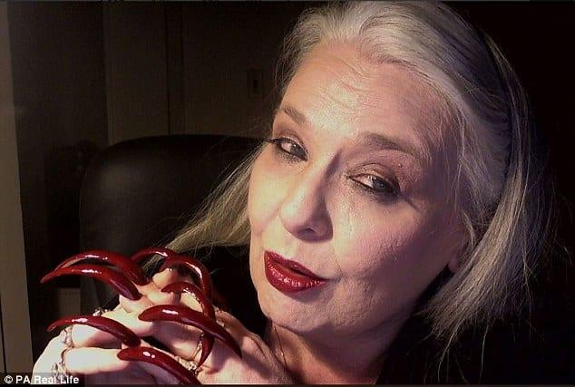 Зрелая женщина зарабатывает на своих экстремально длинных ногтях