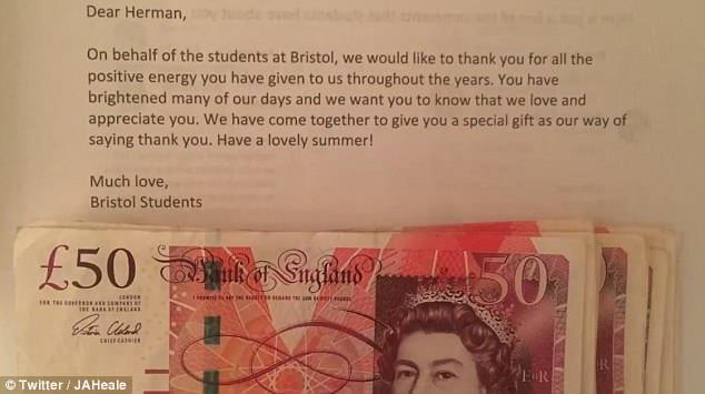 Студенты собрали для уборщика 1500 фунтов, чтобы тот смог побывать на родине