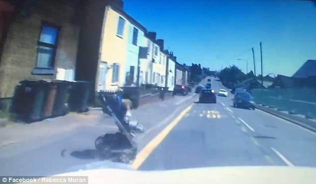 Видеорегистратор снял, как коляска с ребенком поехала наперерез авто