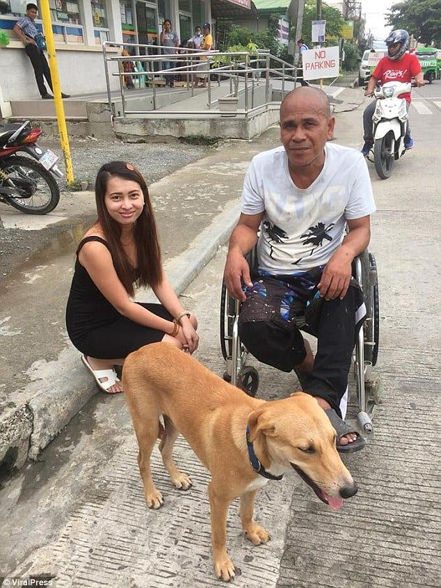 Собака помогает своему хозяину перемещаться на инвaлидной коляске