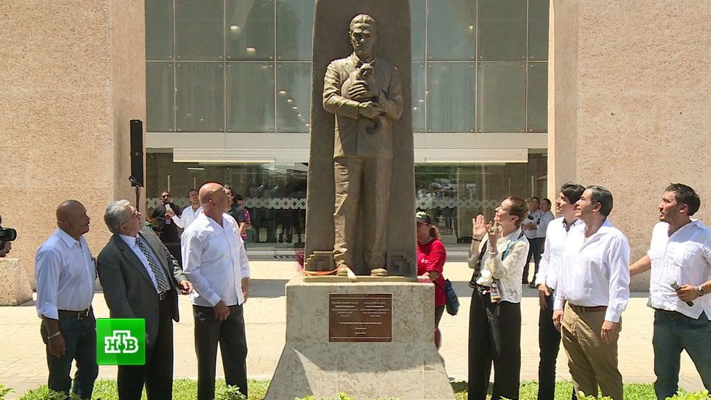 Почему в Мексике поставили уже второй памятник русскому человеку с котом
