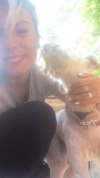 Пес, выживший в пожаре, не хочет оставлять спасительницу