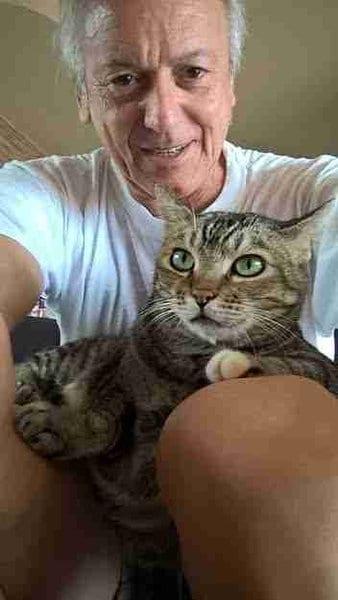 Женщина полезла на рисовое поле, чтобы спасти измучeнную кошку