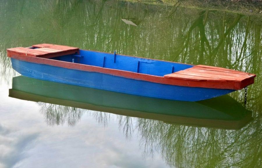 Мужчина нашел свою лодку в 50 м от берега с неожиданными пассажирами на борту