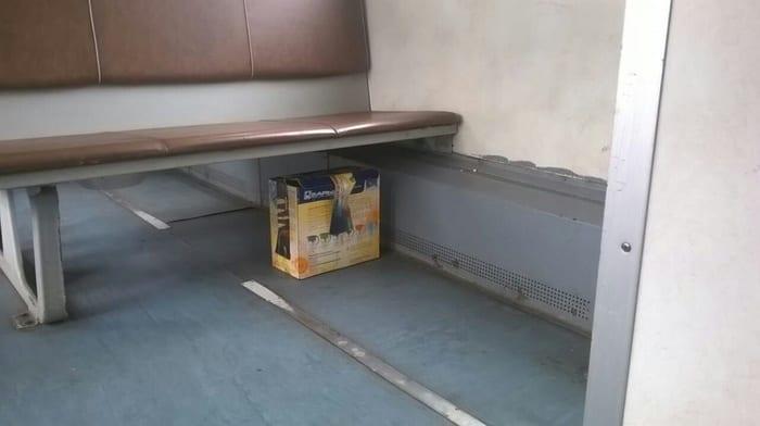 Саперы открыли бесхозную коробку в электричке и обнаружили живую начинку