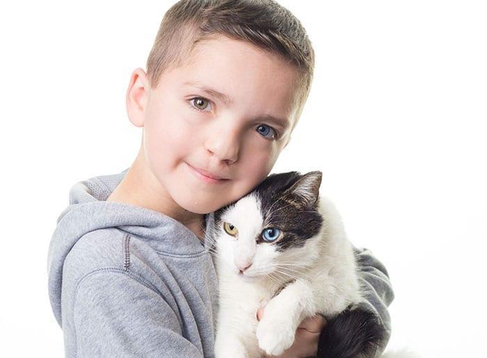 Дружба семилетнего мальчика и кошки с одинаковыми особенностями