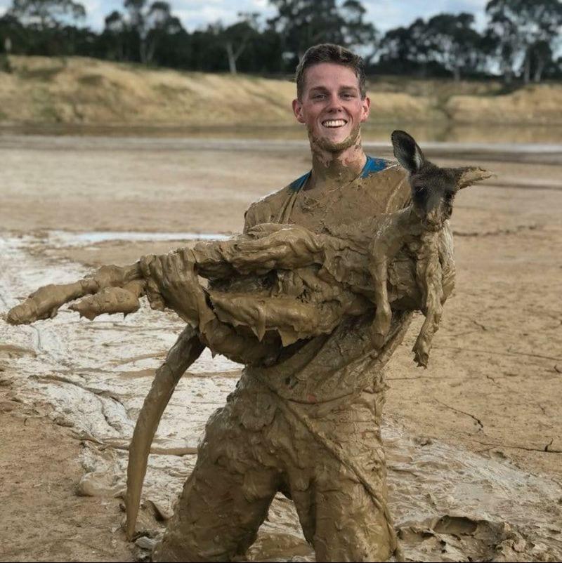 Двое парней катались на мотоциклах, когда заметили в грязи увязшего кенгуру