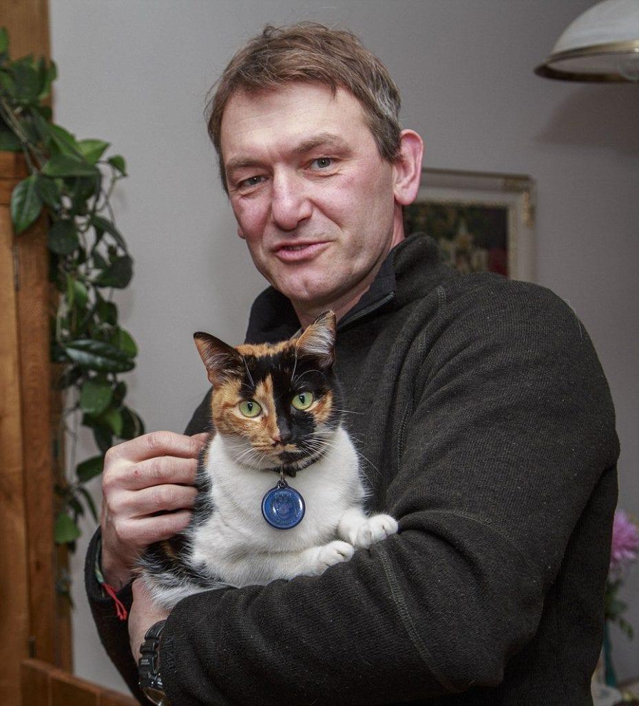 Хозяин сделал для кота эксклюзивный вход в дом